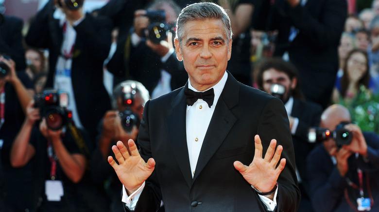 George Clooney poserer på rød løper