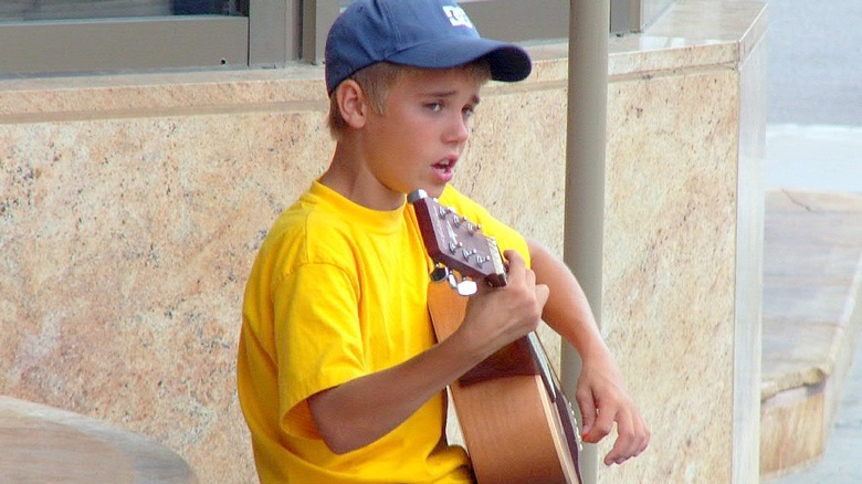 Unge Justin Bieber spiller gitar i Canada