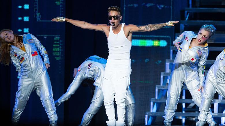 Justin Bieber med dansere på scenen