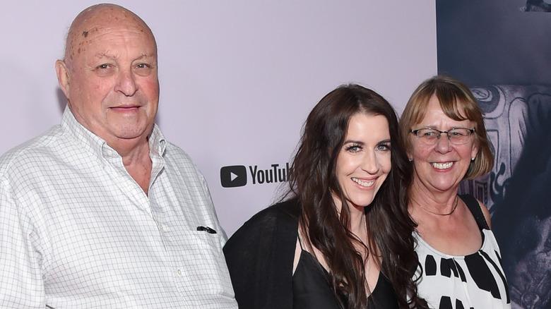Justin Biebers mor og besteforeldre smiler