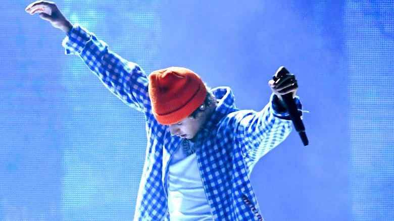 Justin Bieber holder opp mikrofonen