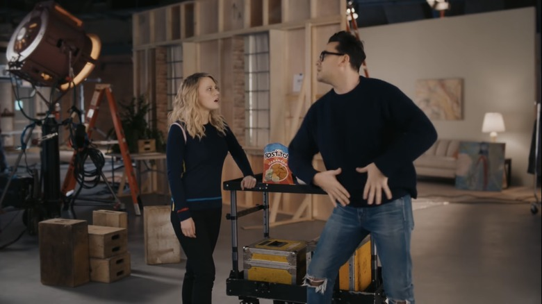Kate McKinnon og Dan Levy i Tostitos-reklamen