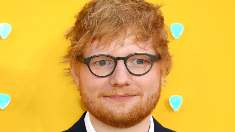 Ed Sheeran smiler på rød løper