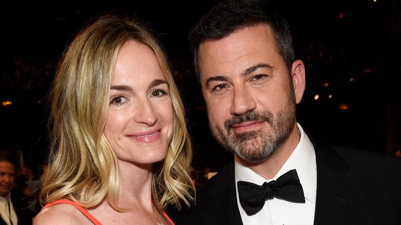 Molly McNearney og Jimmy Kimmel smiler