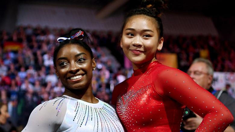 Simone Biles og Sunisa Lee smiler