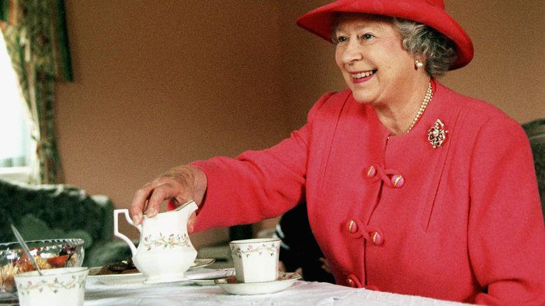 Dronning Elizabeth drikker te