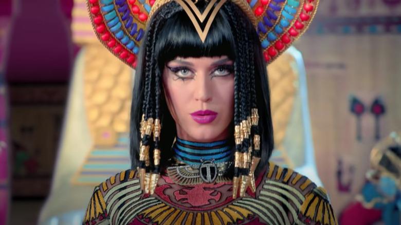 Katy Perry synger i Dark Horse video