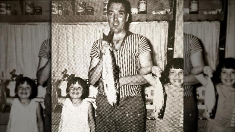 Kim Cattrall, hennes far, og søsken som holdt fisk i 1963