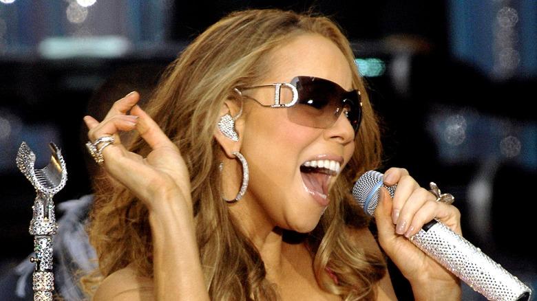 Mariah Carey synger