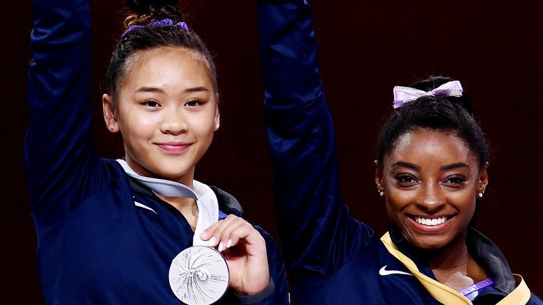 Sunisa Lee og Simone Biles smiler