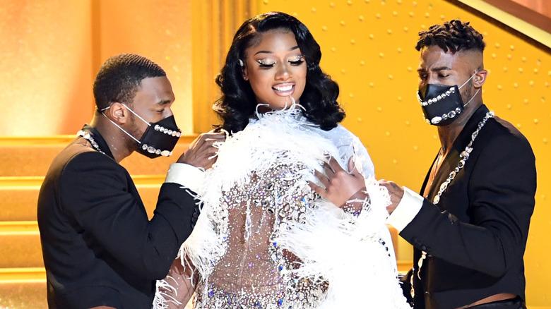 Megan Thee Stallion med dansere på Grammys