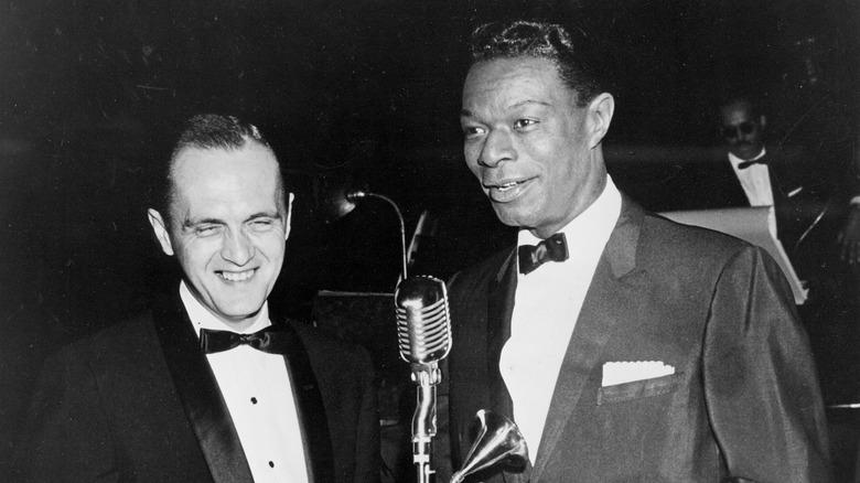 Bob Newhart og Nat King Cole ler