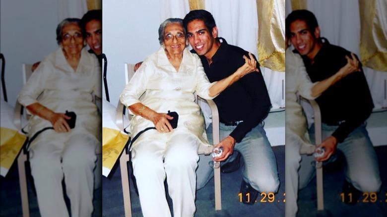 Amrit Kapai med bestemoren, årgangsfoto
