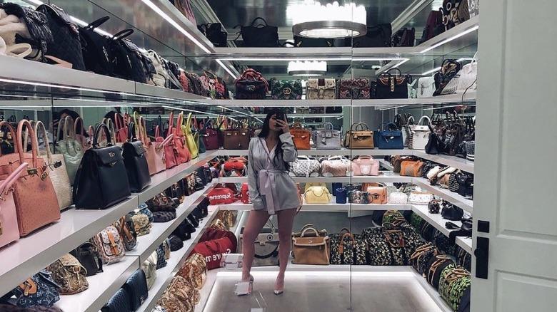Kylie Jenner tar en selfie i veskeskapet