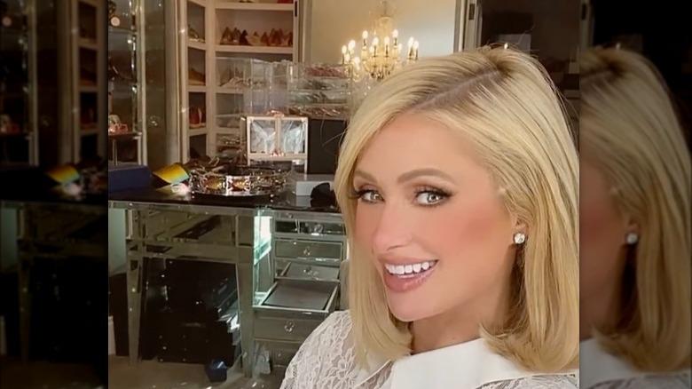 Paris Hilton smiler i skapet sitt