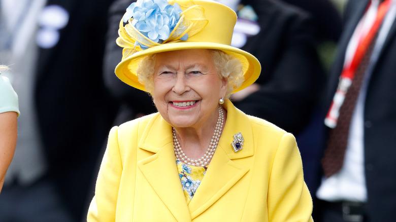 Dronning Elizabeths gule antrekk
