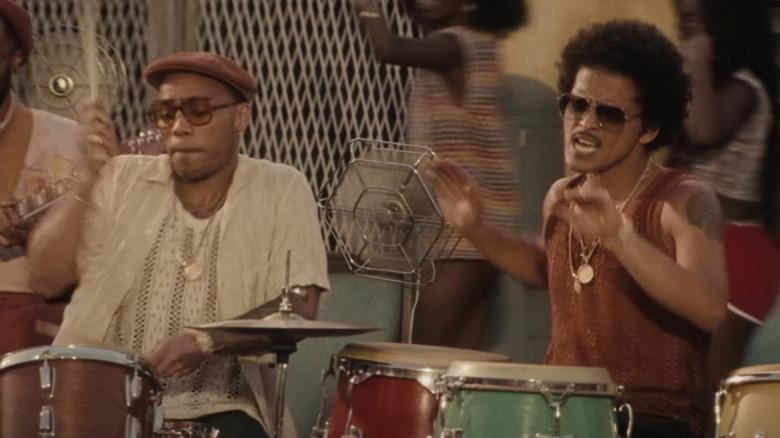 Silk Sonic (Anderson .Paak og Bruno Mars) opptrer live