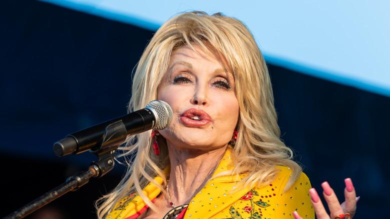 Dolly Parton snakker under arrangementet