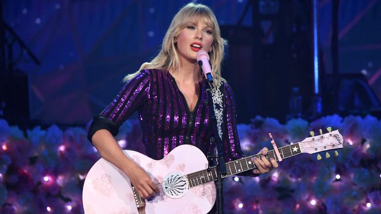 Taylor Swift med en rosa gitar
