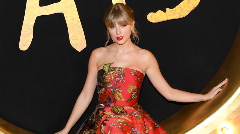 Taylor Swift poserer på premieren