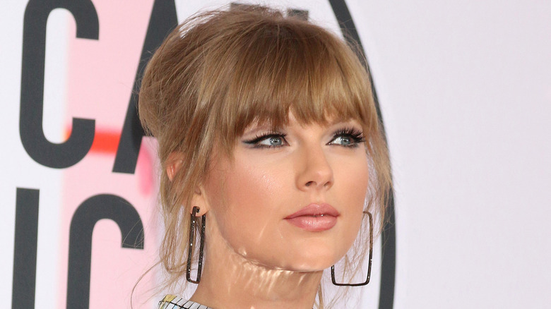 Taylor Swift med firkantede øredobber