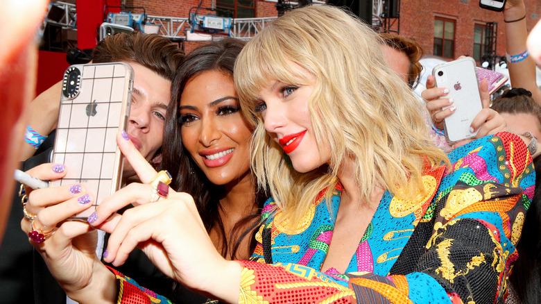 Taylor Swift tar en selfie