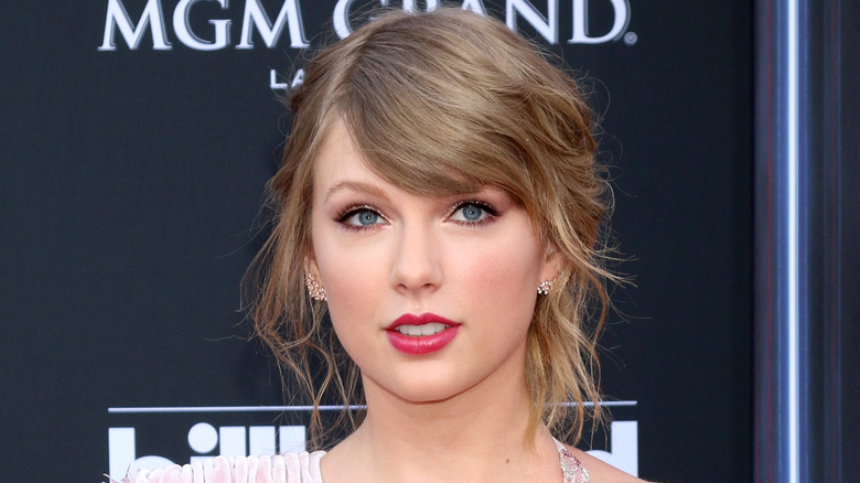 Taylor Swift smiler