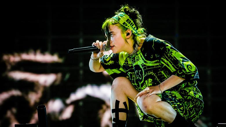 Billie Eilish opptrer i limegrønt antrekk