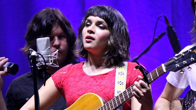 Jesse Harris, holdt sin Grammy Award i 2002