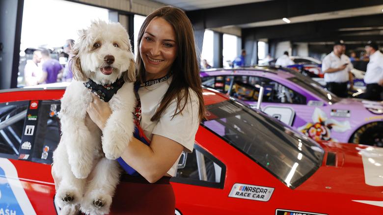 Amanda Carter smiler med hunden Asher
