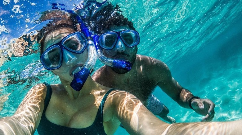 Amanda Carter og Bubba Wallace poserer under vann