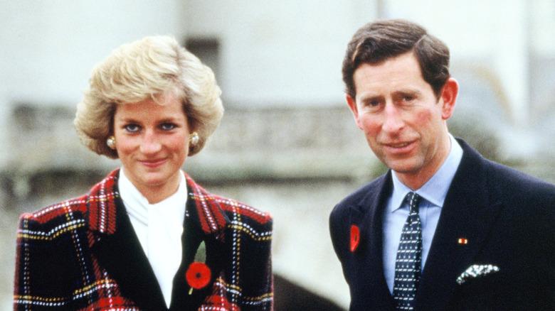 Prinsesse Diana og prins Charles står utenfor sammen