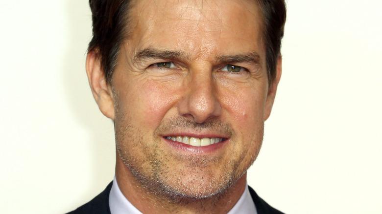 Tom Cruise smiler på en premiere