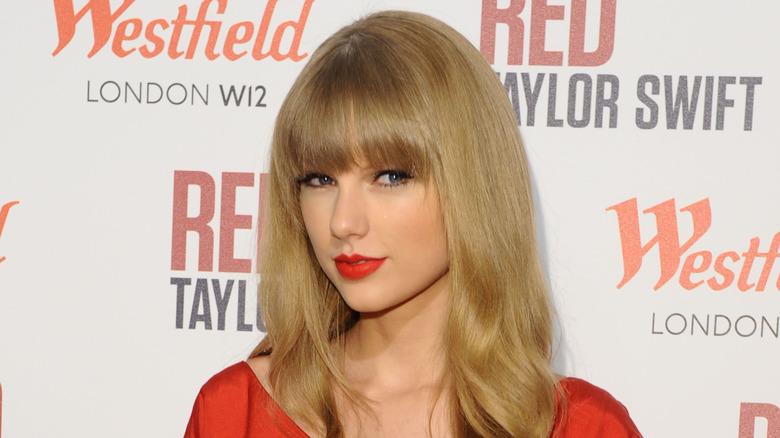 Taylor Swift iført rødt