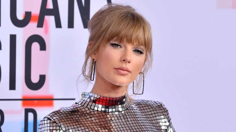 Taylor Swift i en skinnende kjole