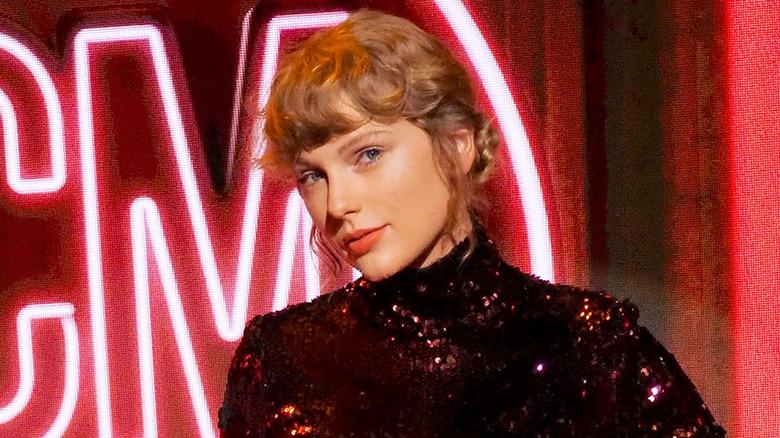 Taylor Swift med krøllete smell