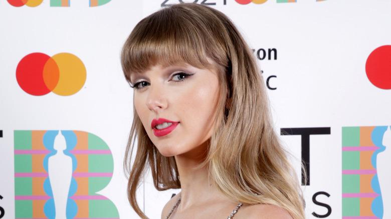 Taylor Swift med rett hår