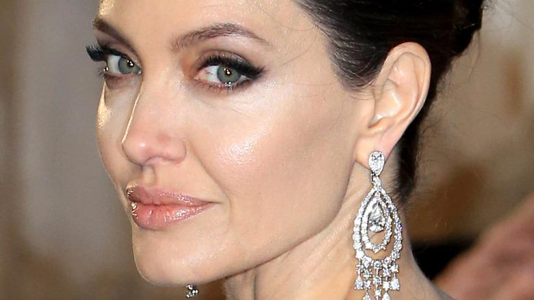 Angelina Jolie iført naken lepper