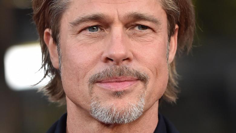 Brad Pitt så til siden med et lite smil