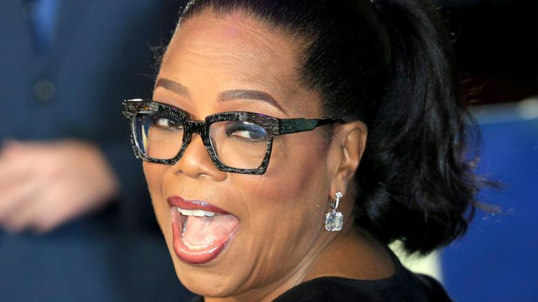 Oprah Winfrey smiler stort over skulderen