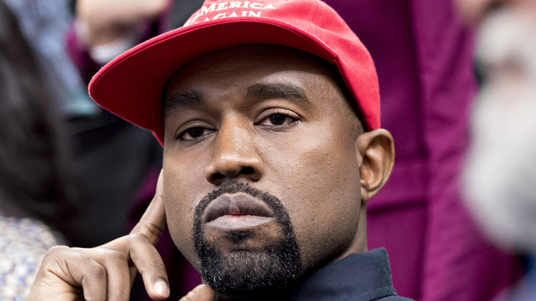 Kanye West iført MAGA-hatt