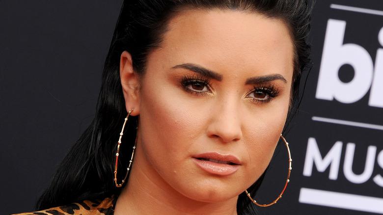 Demi Lovato iført gulløreringer