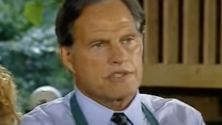 Ron Popeil, den informative kongen, poserer med en kokt kalkun
