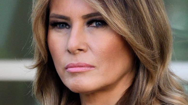 Melania Trump ser på kameraet med alvorlig uttrykk