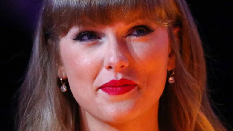 Taylor Swift smiler subtilt til kameraet