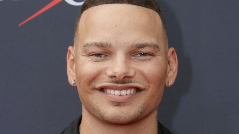 Kane Brown, smilende, 2021 rød løper