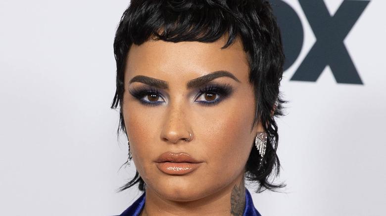 Demi Lovato poserer på rød løper