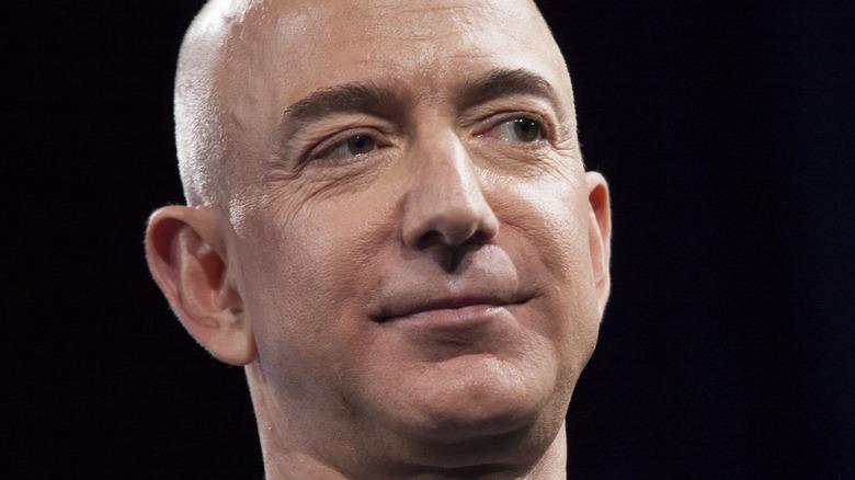 Jeff Bezos smiler på et arrangement