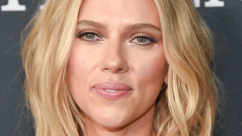 Scarlett Johansson smiler på rød løper