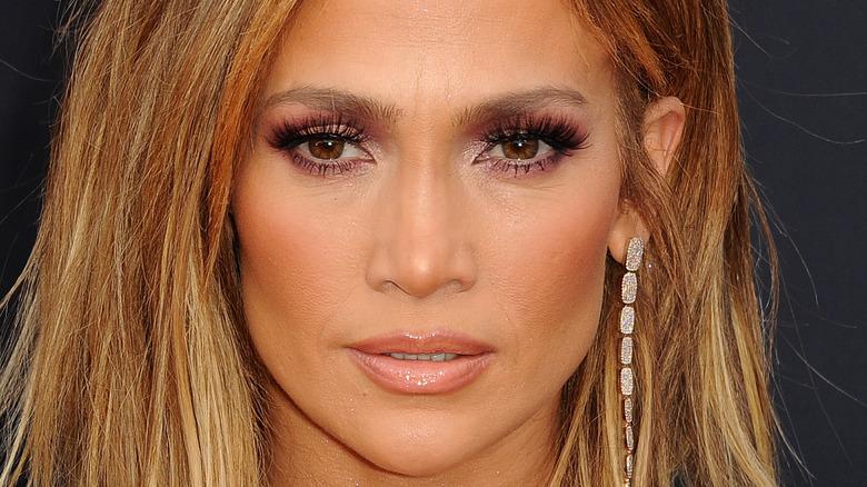 Jennifer Lopez smiler på rød løper